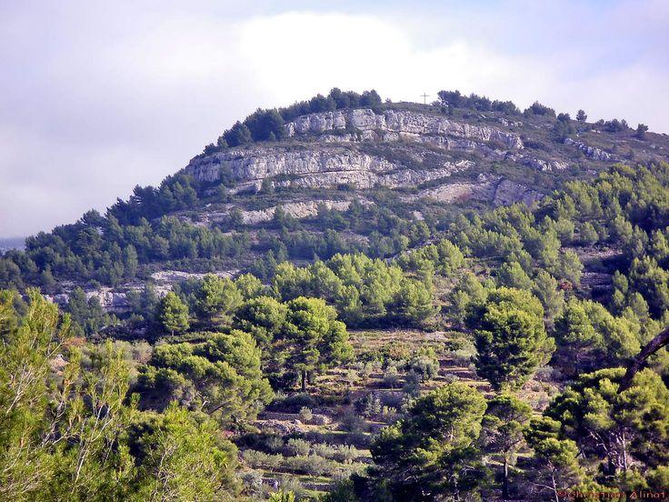 Le Garlaban et la barre de St Esprit La forêt du Garlaban prés du village de La Treille  Du coté du col d'Aubignane