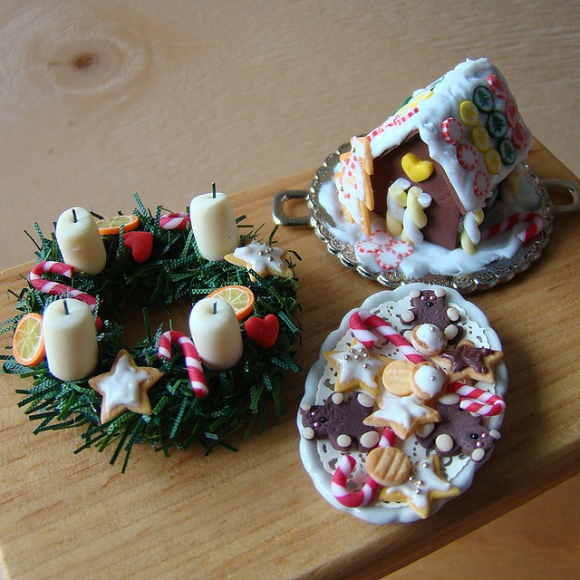 I have never before seen a miniature Advent wreath! (Doesn't mean it doesn't exist, I just haven't seen it. *g*) The gingerbread house and the cookies are adorable too. :-)