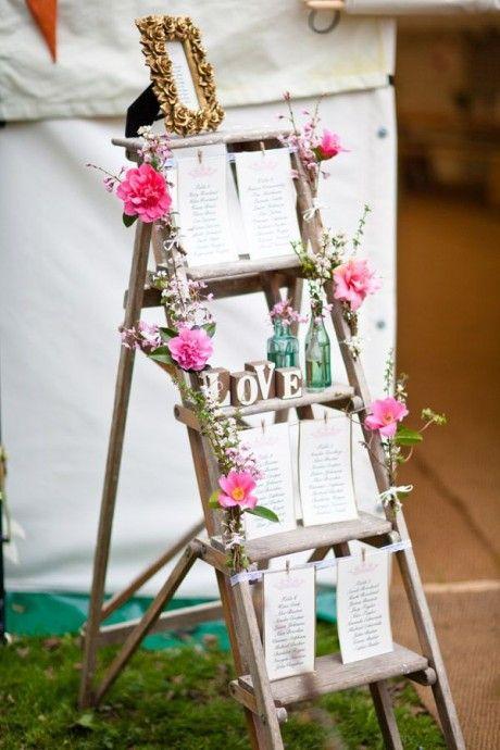 Toujours dans la catégorie plan de table, cette échelle en bois clair décorée sur les côtés de lianes de fleurs est tout aussi romantique et bohème pour votre mariage sur ce thème. De jolies feuilles de papiers où vous décrivez chaque plan de table et quelques éléments de décorations poétique dans les couleurs de votre mariage feront l'affaire !
