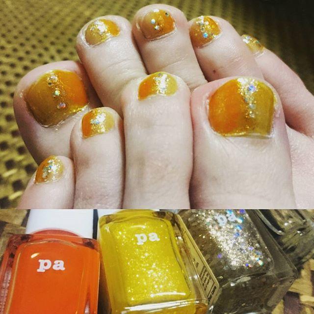 『 爪 』 2017年 第1回 オレンジとイエローとキラキラ😆✨ いつもセルフでやってます。 塗りが荒くてごめんなさい!😂 ・ ・ #爪 #ネイル #フットネイル #ペディキュア #夏ネイル #セルフネイル #セルフネイル部 #オレンジ #イエロー #✨ #夏 #nail #nails #footnail #pedicure #summer #selfnail #orenge #yellow #nailstagram #instagood #instagram