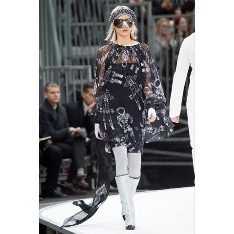 Grazia è in prima fila alle sfilate della #pfw e ha scelto i 5 look di oggi: Spaziale @chanelofficial Romantico @moncler Sixties @miumiu Eclettico @louisvuitton Jabot @moonyounghee Segui ogni giorno live le Instagram Stories di #Grazia per video e contenuti esclusivi dalla #ParisFashionWeek  #SeenByGrazia #Paris #Fashion #FallWinter #FW1718 #InstaFashion #OutfitOfTheDay #GraziaFashionTeam #GraziaNeverStopsGoing #weloveit  via GRAZIA MAGAZINE OFFICIAL INSTAGRAM - Fashion Campaigns  Haute…