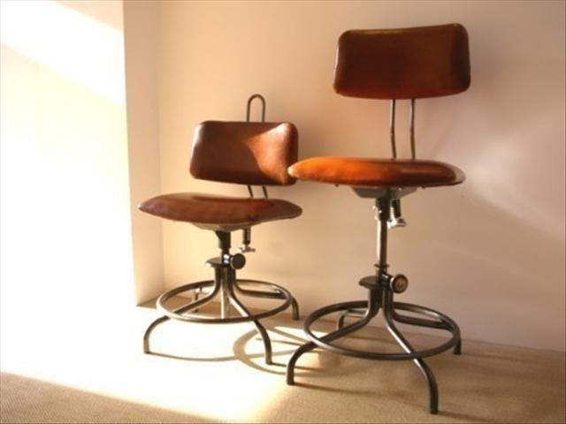 Chaises-industrielles-en-métal-et-cuir