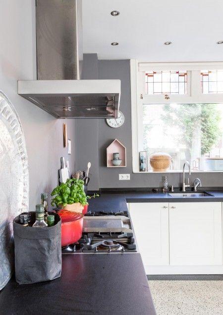 Keuken met donker keukenblad en granito vloer
