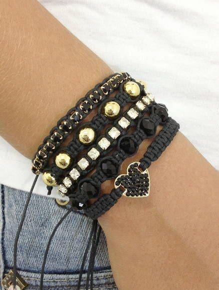 Kit de pulseiras confeccionadas em macramé, com cordão encerado na cor preto, composto de 5 pulseiras, sendo: - 1 pulseira com coração e strass jet - 1 pulseira de cristais facetados pretos - 1 pulseira de corrente de strass cristal - 1 pulseira de pérolas douradas - 1 pulseira de corrente d...