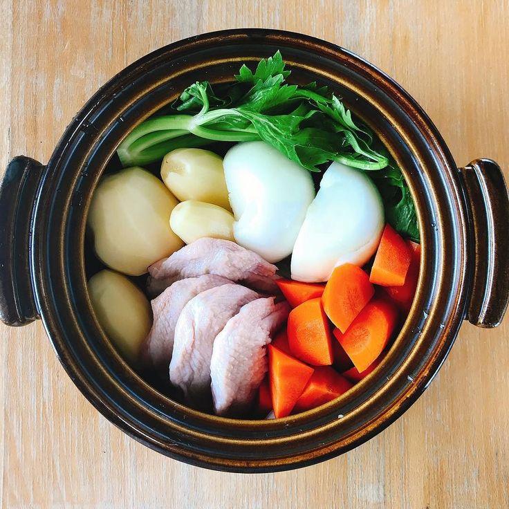 いつもレシピを参考にさせて頂いているぶたやまさんの鍋ポトフ セロリの葉がポイントらしい見た目も香りも美味しそう夜のために今から煮ております晩御飯が楽しみすぎる  #鍋ポトフ #ポトフ #potaufeu #soup #具だくさんスープ #スープ #鍋料理 #洋風おでん #土鍋 #セロリ #cooking #cuisine #cookingram #クッキングラム #inmykitchen  #homemade #デリスタグラマー#おうちごはん #料理日記 #手羽先 #foodie #foodpics #instafood #colorful #foodlover #yummy #ぶたやまさん #delicious #カラフル #tasty