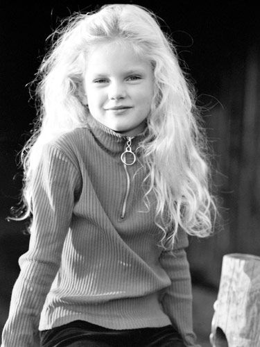 Taylor Swift—1994 back when she was just a regular elementary schooler in rural Pennsylvania. Even though she looks like a regular kid, Taylor was already writing songs and singing at local festivals.