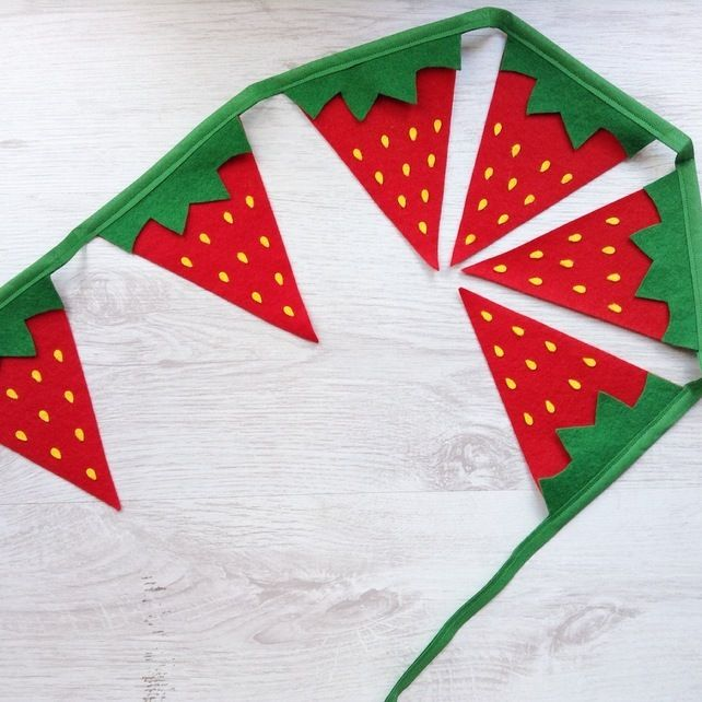 Strawberry bunting - perfect garden party decor or as Wimbledon banner or even for a fruit themed party.