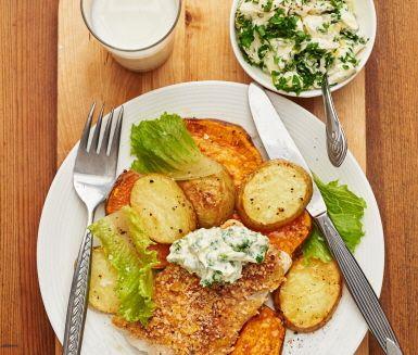 En underbar torskrätt som känns lyxig trots att den är busenkel att tillaga. Ugnsrostade, krispiga potatisskivor serveras med torskfiléer med ett smarrigt täcke av senap, paprikapulver och ströbröd. Den fräscha krämen på smetana och persilja bryter av fint mot fisken. Servera allt med en grön cosmopolitansallad och ät er mätta.