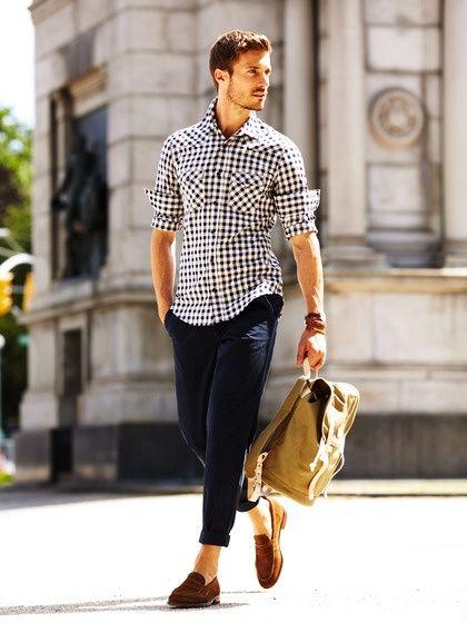 Acheter la tenue sur Lookastic:  https://lookastic.fr/mode-homme/tenues/blanc-et-noir-pantalon-chino-bleu-marine-slippers-brun-sac-a-dos-brun/400  — Chemise à manches longues en vichy blanc et noir  — Pantalon chino bleu marine  — Sac à dos brun  — Slippers en daim brun