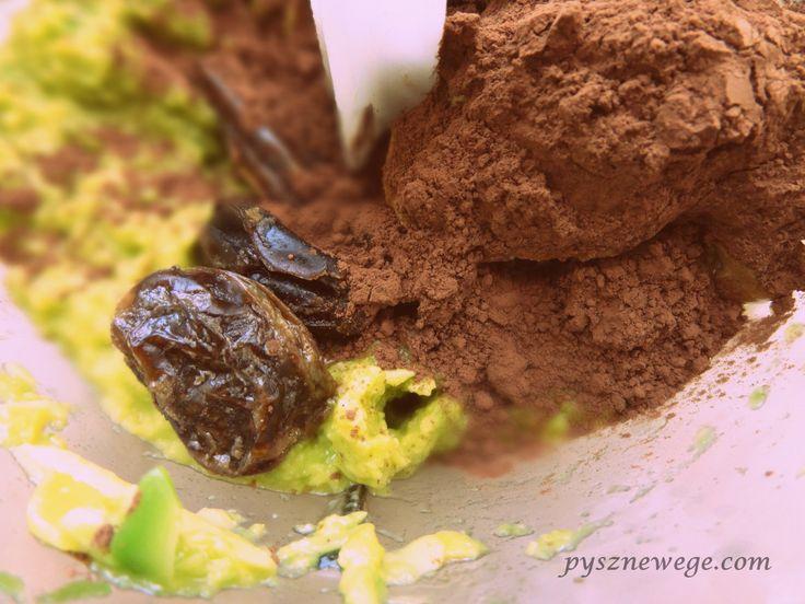 Składniki (na 2 porcje): 3 średnie awokado, 2 czubate łyżki kakao, 2 łyżki soku z cytryny, 6-8 namoczonych wcześniej daktyli suszonych (bez pestek), 2-3 łyżki masła orzechowego piernikowego (PRIMAV…