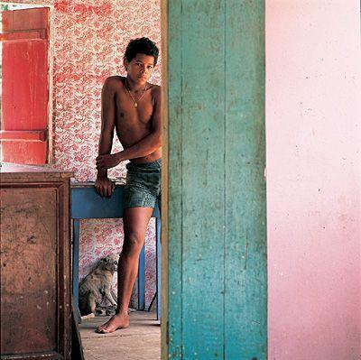Autores: Luiz Braga: Rapaz e Cão em Carananduba - Coleção Pirelli / MASP de Fotografia