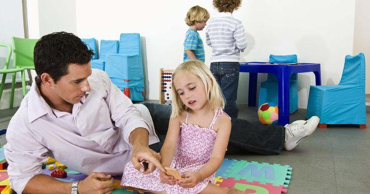 Plan de estudios preescolar para los niños de tres años Plan de estudios preescolar para los niños de tres añosA los niños de tres años de edad les gusta descubrir el mundo que les rodea. A esta edad hablan en oraciones y mantienen una conversación bidireccional. Ellos observan e imitan a ...