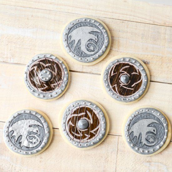 Tutorial for tasty sugar cookies that look like Viking shields from How to Train Your Dragon.