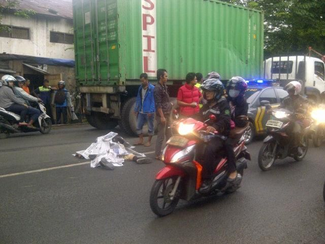 Motor Tabrakan Kontra Truk Kontainer di Jalan Tongkol Raya Jakut, Proses Evakuasi: http://www.kabarsatu.co/archives/8001