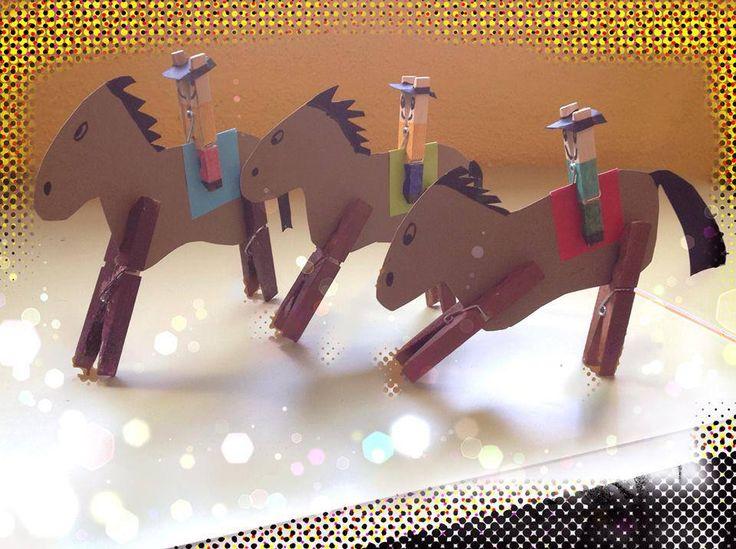 Cowboys knutselen met kleuters / Cómo hacer caballos de cartón