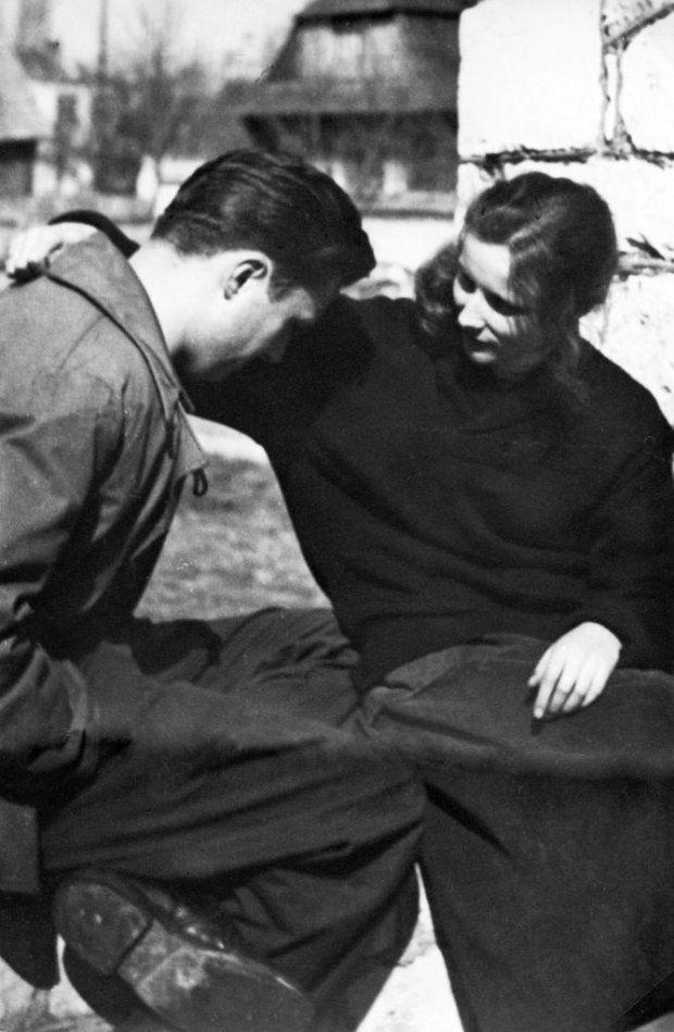 polish-vintage:  Agnieszka Osiecka i Marek Hłasko w Kazimierzu Dolnym, rok 1957. (Fot. archiwum Marka Hłaski/East News)