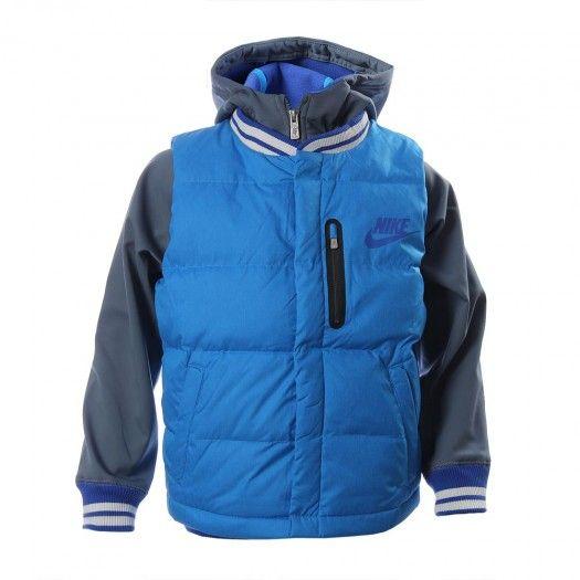 La chamarra para niños entre 8 y 15 años Nike Defender Two-in-One incluye un chaleco acolchado y una chamarra con capucha y cremallera completa para ofrecerte un estilo clásico y varias capas de abrigo.