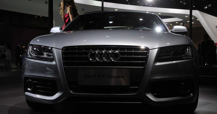 """Instruções para programação do controle sem chaves da Audi. Os automóveis da Audi saem de fábrica equipados com um sistema transmissor sem chaves, o qual permite travar e destravar as portas do carro em uma distância de até 10 metros. Alguns modelos incluem um botão de """"pânico"""" para ativar o alarme do carro a partir do transmissor, no caso de uma emergência. Caso você tenha perdido um transmissor, ou caso ..."""
