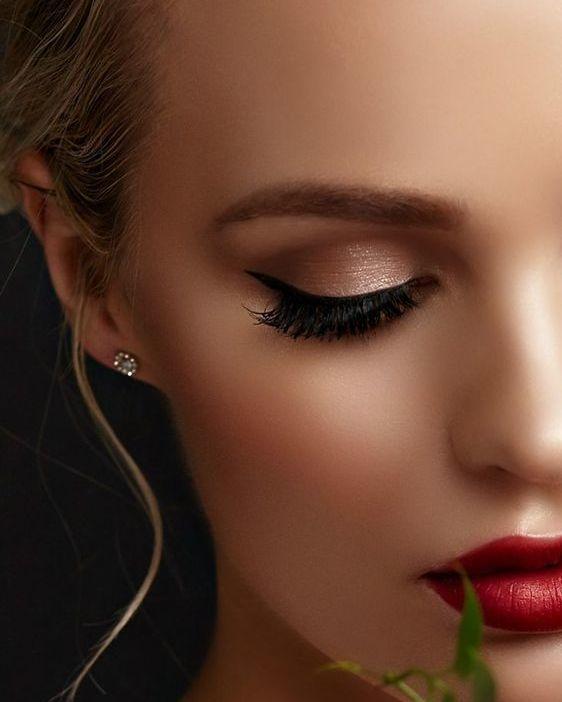 Cómo debe ser un Maquillaje de Novia? . Una novia debe mostrar un look sencillo y luminoso y sobre todo un maquillaje con el que se sienta segura de sí misma.  Como maquilladores debemos tomar en cuenta que es uno de los días más importantes de su vida así que procura tener muy clara su opinión y personalidad lo mejor es optar por tonos con los que ELLA se sienta cómoda; cuidando los detalles y mostrando una belleza elegante. . Características de un maquillaje de Novia: . Rotro de porcelana…