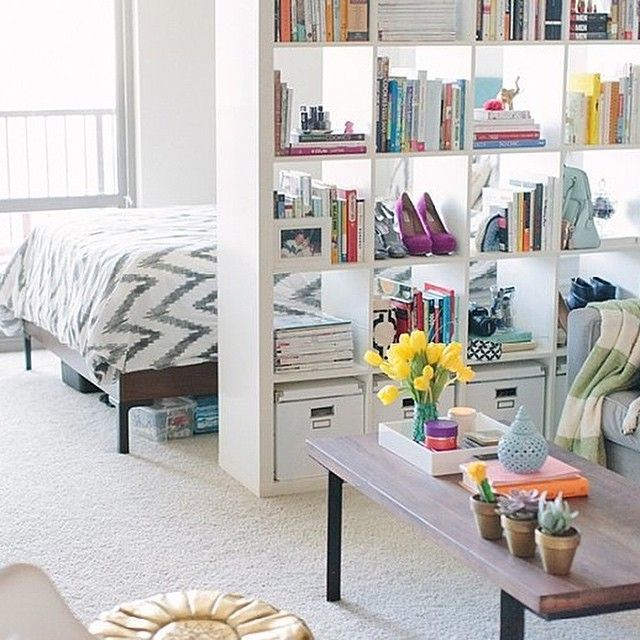 We're loving this space-effective studio apartment layout! (Photo @johnstoffer via @theeverygirl_)
