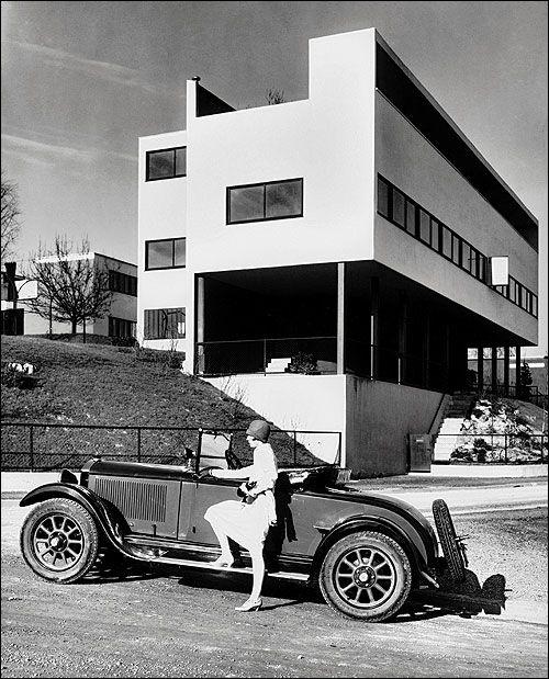 Bauhaus architecture, ca 1920's                                                                                                                                                                            - Le BAUHAUS est fondé en 1919 avec un parcours très transversal mêlant design pour l'industrie (nouveau paradigme) et arts et installatio, recherches plasticiennes. La première année est propédeutique les étudiants pratique la couleur, la lumière, les matériaux. L'esthétique moderniste et…