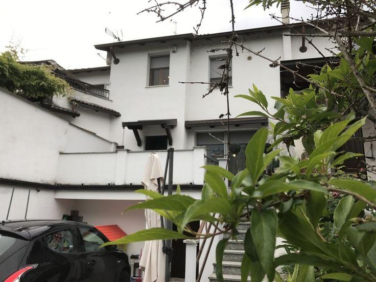 Pietra Marazzi: casa libera su due lati con piccolo giardino nel retro e cortile con passo carraio sul fronte. Riscaldamento autonomo a metano