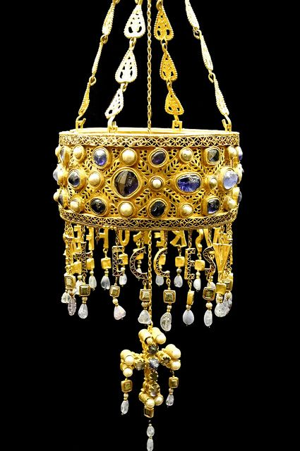 Votive crown of the Visigoth king Recesvinto († 672). Made of gold and precious stones in the second half of the seventh century. It is part of the Treasury called Guarrazar, found in Guadamur (Toledo, Spain) in 1853 and 1861.
