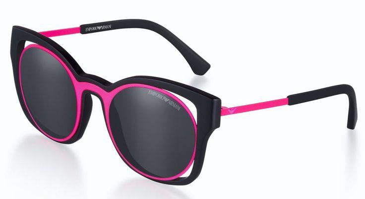 As cores e as formas geométricas são as protagonistas da coleção do Verão 2017 dos óculos solar da Empório Armani. As combinações de materiais – metais, borracha e fibra de nylon – refl…