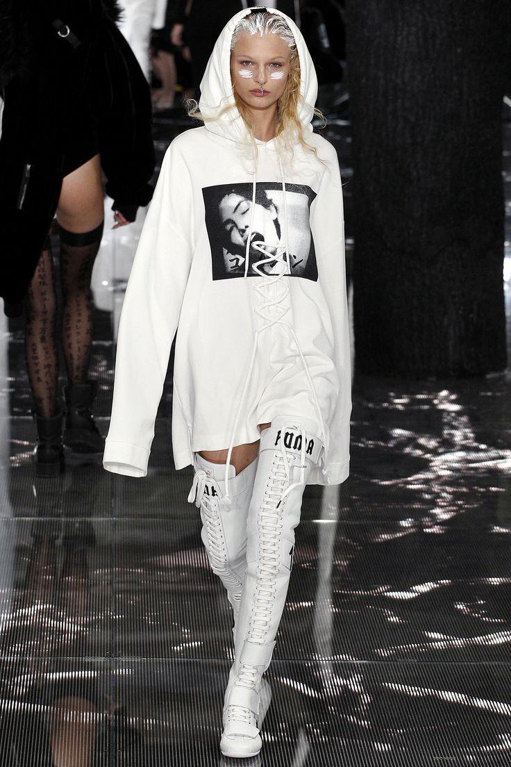 Sweatshirt dress / Kendall Kylie with Fenty boot