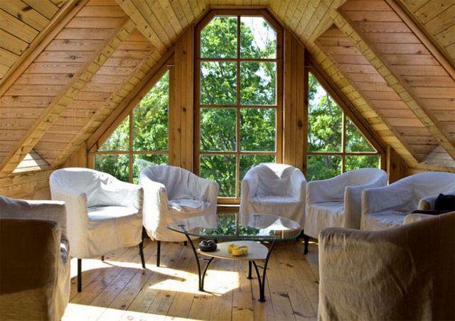 Мансарда, высота, панорамные окна, дерево и зелень. Эффект дома на дереве.
