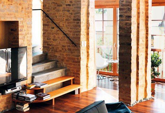 Světlo procházející do interiéru francouzskými okny z bývalé pavlače zalévá celý prostor.