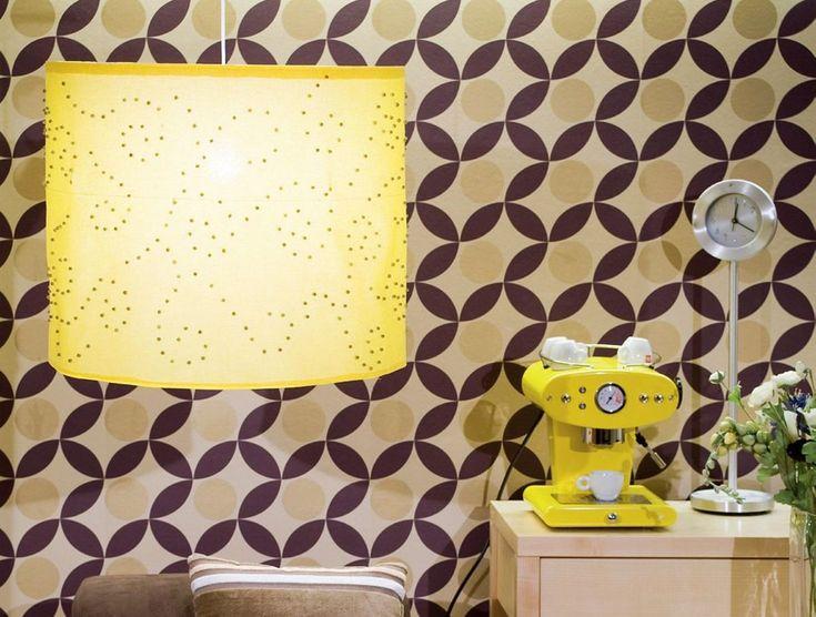 Duża lampa sufitowa w wyrazistym kolorze ożywi Twoje wnętrze. Stwórz oryginalną lampę z materiału i ozdób wedle własnego uznania. Dobierz dekoracje pasujące do stylu pomieszczenia, w którym będzie wisieć twój abażur. Może pełnić funkcję lampy stołowej lub oświetlać salon. Zobacz jak wykonać oryginalną iluminację według instrukcji.