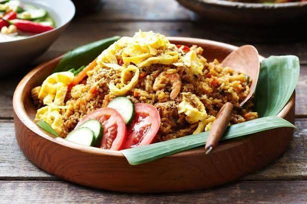 Hoje, fazemos uma 'pequena' viagem até à Indonésia! #Nasi_Goreng #receitas #cozinha #internacional #mundo #gastronomia #comida #Indonésia #soja #amêijoas #arroz #camarões