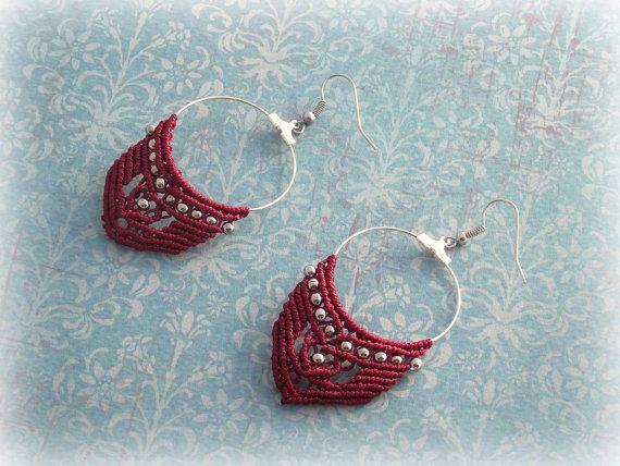 Macrame hoop earrings Inés wine red version di TheItalianCraftShop