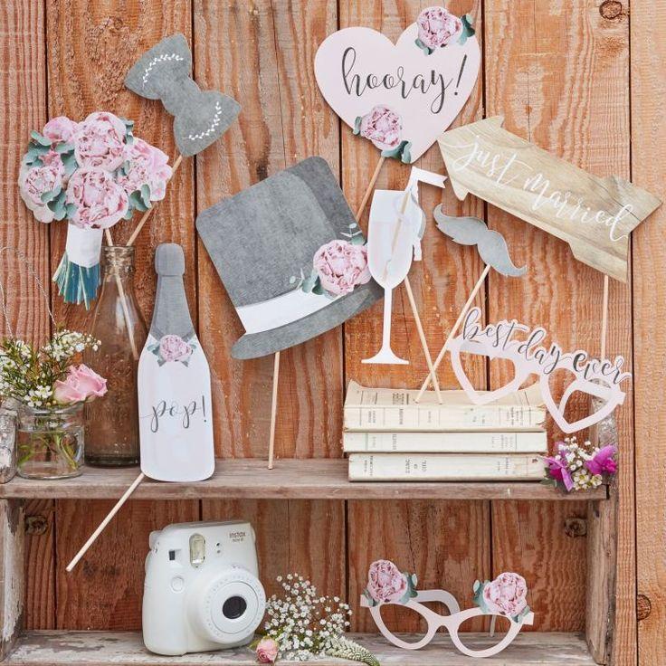 Uit het thema 'Rustic Country' hebben we dit leuke photo prop set! Leuk om foto's mee te maken of om gek mee te doen met je vrienden of het bruidspaar te laten gebruiken! Het set is 10 delig en bestaat uit:  - Een strik - Een hoed - Een fles champagne - Een chamgpane glas - Een bos bloemen - Een bril met bloemen op - Een bril met 'best day ever' op - Een snor - Een wegwijs bord met 'Just Married' op - Een hart met 'Hooray' tekst