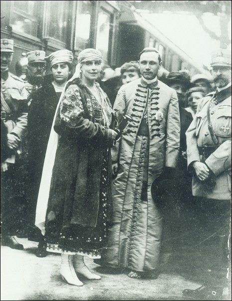 Regina Maria a României, episcopul Iuliu Hossu și Regele Ferdinand I la Gherla în 1919, în turneul pe care Suveranii l-au făcut după Marea Unire din 1918… Românii își vor regii înapoi pe tron!