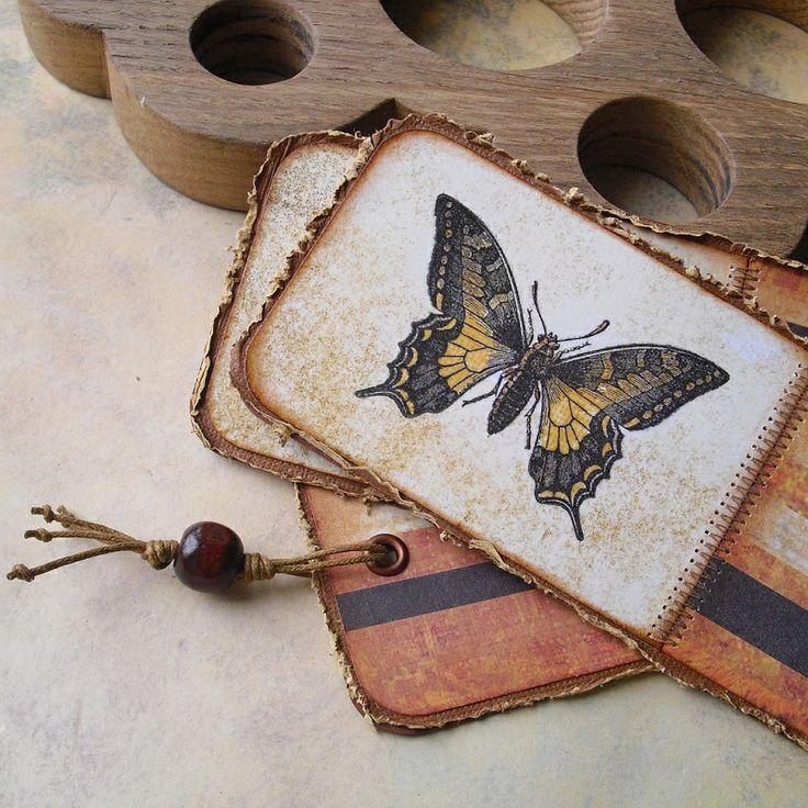 Záložky s otakárkem Originální knižní papírové záložky z hnědého fotokartonu a kvalitních SB čtvrtek. ZdobenéSB technikami, šitím,lakováním (proti rozmazání obrázku), kovovou průchodkou, bavlněnýmihnědými šňůrkami a dřevěným lakovaným korálkem. Rozměry jedné záložky15,5 x 6,5 cm. Uvedená cena je za jednu záložku.