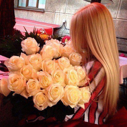 Картинки блондинка со спины и много цветов, стиле