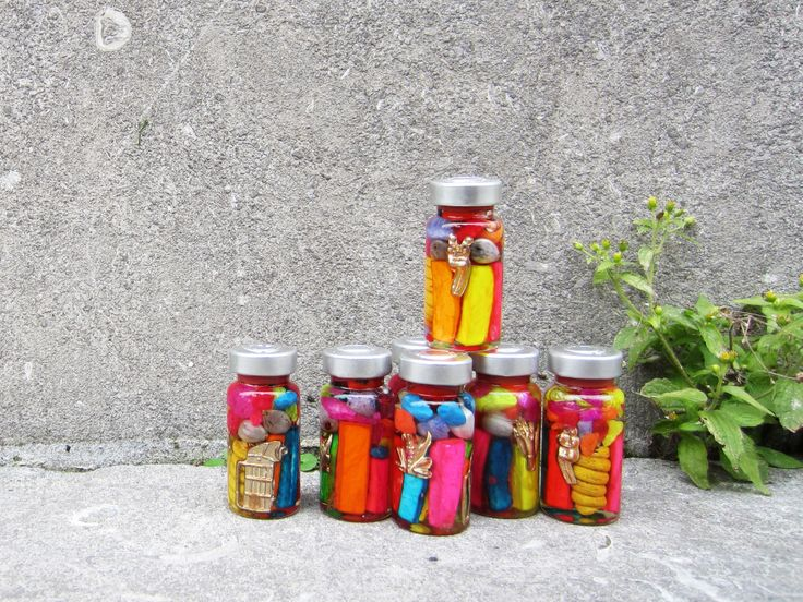 Een grote portie geluk in een klein flesje! Een originele manier om geluk te wensen. Het geluksflesje bevat wortels van planten, zaden en amuletten. Traditioneel gezien heeft elk voorwerp en elke kleur zijn eigen betekenis en functie. MAKE HAPPINESS