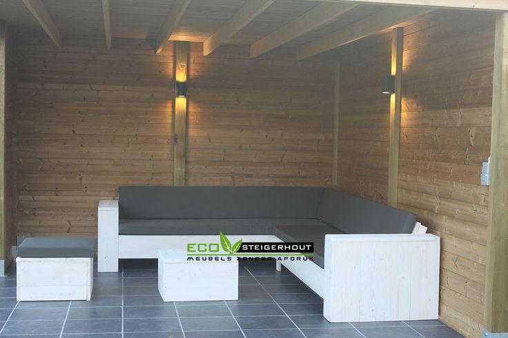 Lounge hoekbank van nieuw steigerhout met dubbele white wash behandeling en Antracite All-Weather kussens.