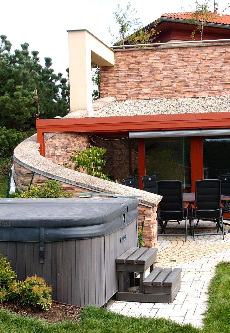 Zastřešená terasa na míru v atypické konstrukci. Dopřejte si příjemné posezení na vaší terase, ještě lépe u výřivky.