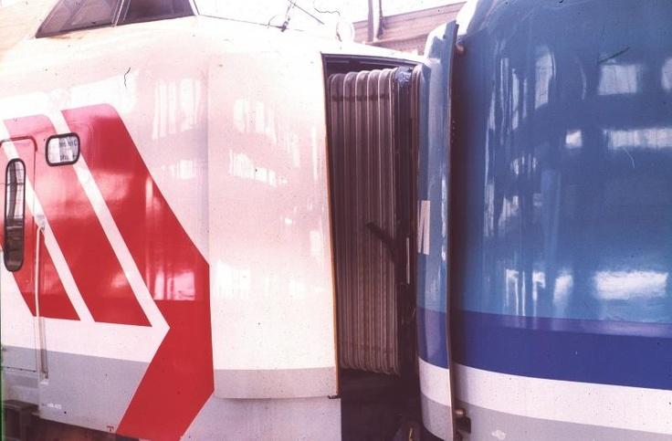 In juni of juli zat ik in de intercity van Groningen naar Amsterdam. Ik zat in de 4011 en welk stel werd in Zwolle ervoor geplaatst. Juist de 4012! Hierbij daarom een plaatje van deze twee gekoppeld gemaakt in Amsterdam van bij de koppen zonder stippen!
