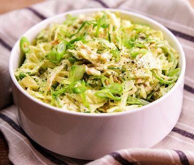Den perfekta blandningen mellan guacamole och coleslaw! En frisk variant på coleslaw där du tillsätter avokadotärningar, finstrimlade salladslökar, sockerärtor och lime. Servera till exempel till fish tacos, fiskburgare eller som röra till grillat för en härlig grillmiddag.