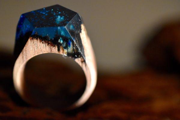 """Кольца ручной работы """"Темный лес"""" из темного ореха и ювелирной смолы кольцо, ручная работа, Ювелирная эпоксидная смола"""