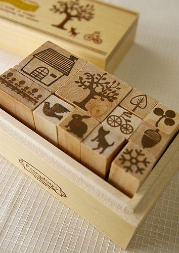 Playing with stamps. Da sotto un cubetto di legno, come per magia, esce il disegno. E di timbro in timbro si crea una storia, un paesaggio, un piccolo mondo. Scopri i nostri giochi artistici creativi per disegnare e colorare su http://www.giochiecologici.it/c/40/giochi-creativi