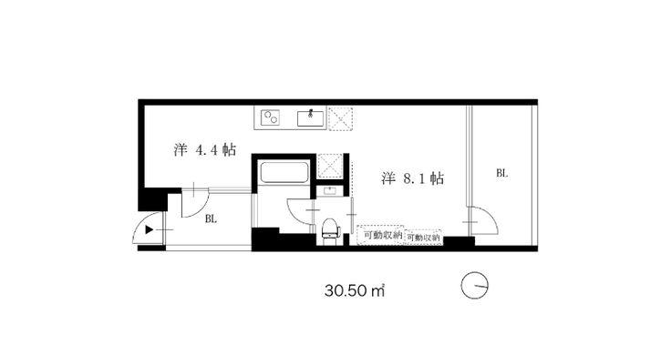 まるで窓など無いかのような外との一体感。広大な隣地の緑地と、どこまでも見渡せるかのような青空の景色が室内から一続きになったかのような爽快なお部屋です。    お部屋は3F部分、ゆるく空間分けされた1Rタイプ。建物はエレベーターなしの3F部分ですが、2階がエントランス(1階はコンビニ)のため、それほど苦には感じないと思います。    ちょっと変わったバルコニー兼玄関を抜けると4.4帖の洋室→キッチン→リビングの順で徐々に景色が広がっていきます。真南向きのリビングは眺望も日当りも良く、スッキリとした内装をより上質なものに感じさせてくれます。  靴と洋服、2つの収納はともに可動型。気分転換に時々動かしてみるのも楽しいかもしれません。  そしてガラス張りのバスルームはなぜか玄関部分に面し、開放感は抜群。笑    駅からやや距離がありますが、駐輪場無料や目黒駅方面バス停が近くなのは嬉しいポイントです。    *事務所・SOHO相談可  *子供不可    (担当:タナカ)