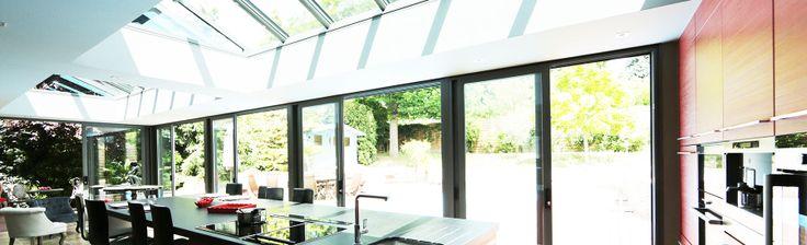 extanxia, véranda concept alu, vue intérieur cuisine avec puits de lumière et grande largeur de baie vitrée