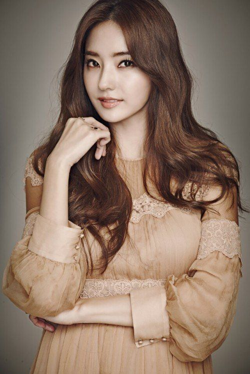 """Han Chae-young to star in """"The Star Next Door"""""""