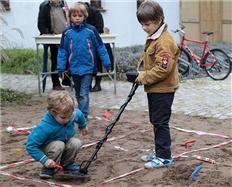 Alphen Archeologiehuis Zuid-Holland: Met metaaldetector zoeken naar oude munten op Archeologiedagen - Alphen aan den Rijn -
