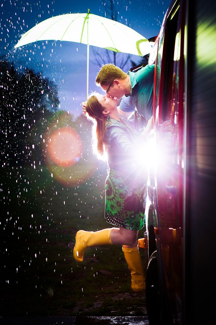 The kissing fire man. De kussende brandweerman. Picture taken by FOTOZEE strobist strobes flashes rain portrait portret regen flitsers love shoot loveshoot